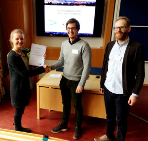 Picture from the price ceremony: Josefin Tiedermann from Stockholm University (left) receives the diploma for the best Bachelor student thesis from SHR representatives Emil Vikberg and Arvid Bring.